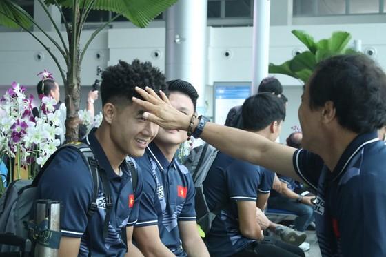 Trợ lý của ông Park cười tươi trước giờ lên đường dự SEA Games 30  ảnh 2