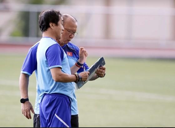 Ông Park trao đổi cùng trợ lý Lee trên sân tập. Ảnh: Thanh Đình