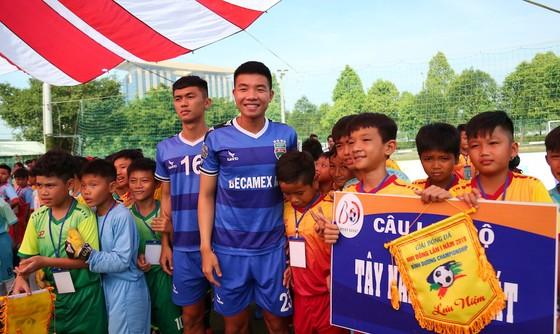 Các cầu thủ CLB B.Bình Dương đến giao lưu cùng các em nhỏ ở ngày khai mạc. Ảnh: Anh Trần