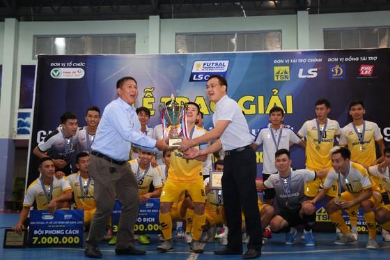 Lãnh đạo HFF và Nhà tài trợ trao Cúp vô địch cho đôiị Sahako. Ảnh: Thanh Đình