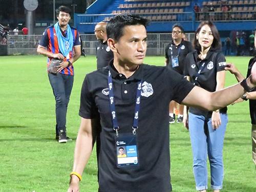 HLV Akira có thể mất ghế HLV trưởng ĐT Thái Lan vào tay Kiatisak ảnh 1