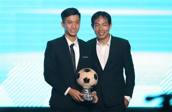 Đỗ Khải trao giải thưởng Quả bóng đống cho Phan Văn Đức tại Gala năm 2018. Ảnh: Đông Huyền