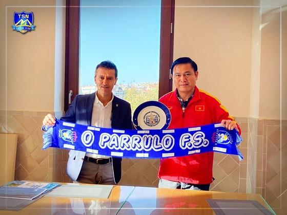 Ông Trần Anh Tú và lãnh đạo CLB O Parulo Ferrol FS tại lễ ký kết. Ảnh: TSNFC