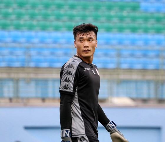 Thủ môn Tiến Dũng lại mắc sai lầm ở AFC Cup 2020. Ảnh: TPHCM FC