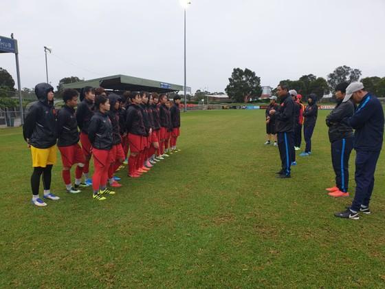 Đội tuyển nữ Việt Nam ra sân tập ngay trong ngày đầu đến Australia ảnh 1