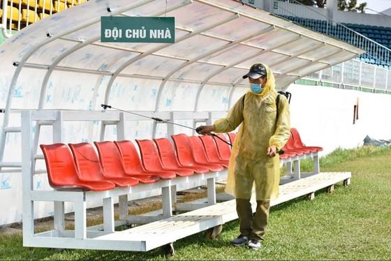 Các sân bóng chuẩn bị cho ngày khai mạc LS V-League 2020 ảnh 2