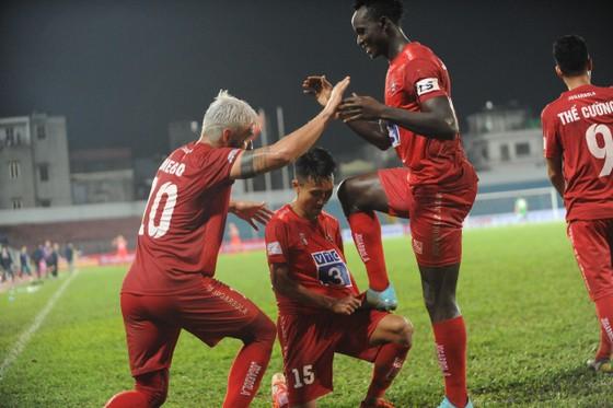 Niềm vui của đội chủ nhà sau bàn thắng muộn vào cuối trận. Ảnh: MINH HOÀNG