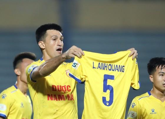 Đỗ Merlo giơ cao áo thi đấu của Lâm Anh Quang. Ảnh: MINH HOÀNG