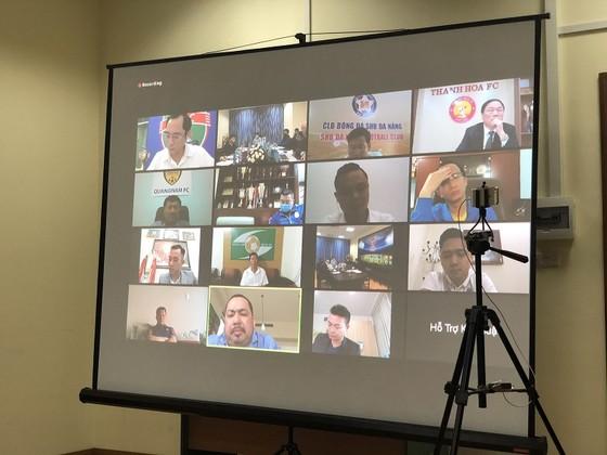 Đại diện các đội tham dự họp trực tuyến
