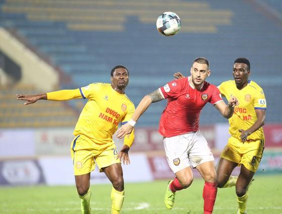 Cầu thủ ngoại ở Nam Định đồng ý giảm 25% lương
