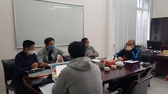 Ông Park cùng các trợ lý hội ý công việc