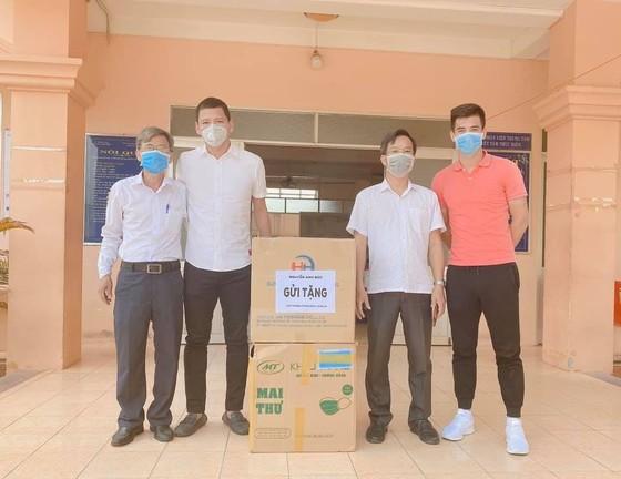 Anh Đức và Tiến Linh tham gia quyên góp khẩu trang ủng hộ tuyến đầu.