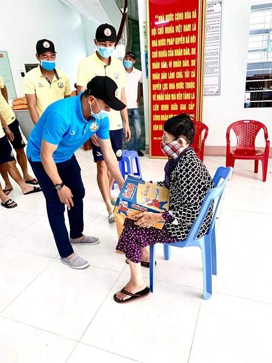 Cầu thủ đội Bình Định tiếp tục chung sức cùng cộng đồng trong mùa dịch Covid-19 ảnh 1
