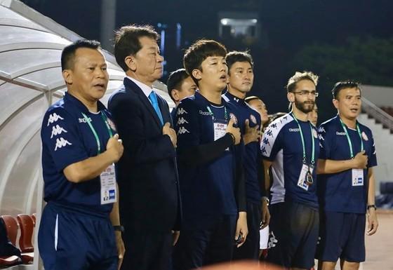 Ông Chung Hae-song cùng ekip trợ lý. Ảnh: HCMCFC
