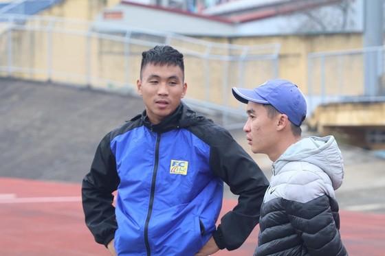 Trần Thành trao đổi vấn đề chấn thương với bác sĩ Nguyễn Văn Hiếu (đội Huế). Ảnh: Hữu Thành.