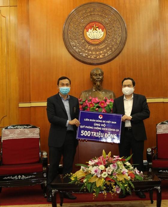 Thay mât VFF, Phó chủ tịch Trần Quốc Tuấn đã chuyển số tiền 500 triệu đồng ủng hộ quỹ phòng, chống dịch Covid-19