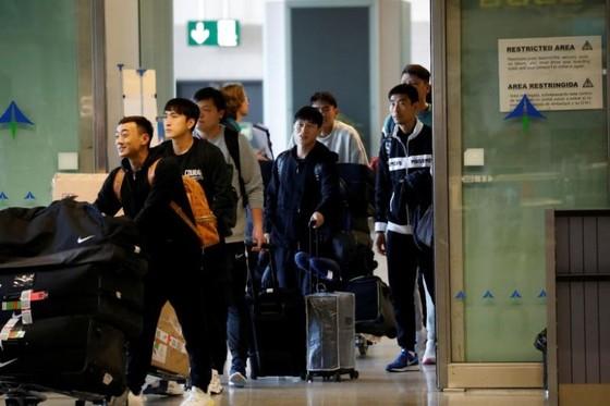Các cầu thủ Vũ Hán vui mừng khu về đến quê nhà. Ảnh: Straits Time