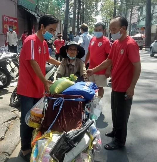 CĐV TPHCM chia sẻ khó khăn với người nghèo trong dịch Covid-19  ảnh 2