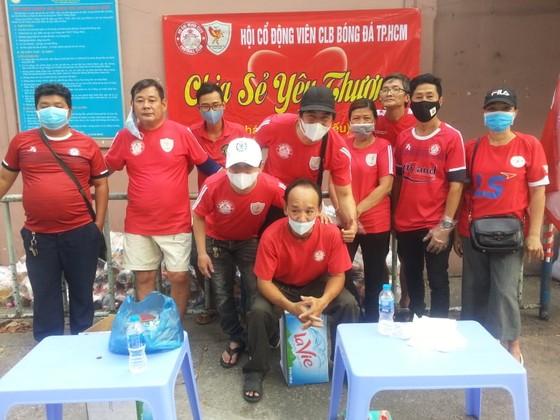 Các thành viên của Hội CĐV CLB TPHCM tiếp tục tnam gia công tác xã hội trong mùa dịch Covid-19. Ảnh: Anh Trần