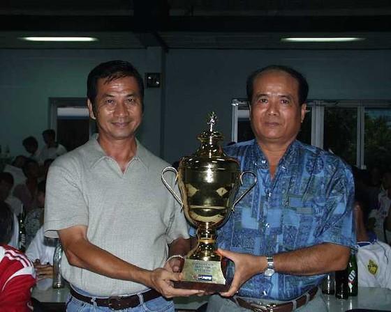 HLV Phạm Huỳnh Tam Lang (bên trái) cùng TGĐ Cảng Sài Gòn Trần Văn On vào năm 2002. Ảnh: Quốc Cường
