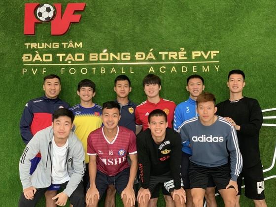 Thanh Thịnh chụp hình kỷ niệm cùng các đồng nghiệp tại PVF