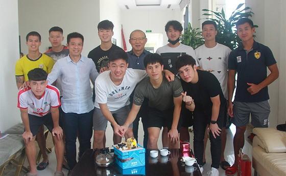 Thầy Park tổ chức mừng sinh nhật cho Xuân Trường ảnh 2