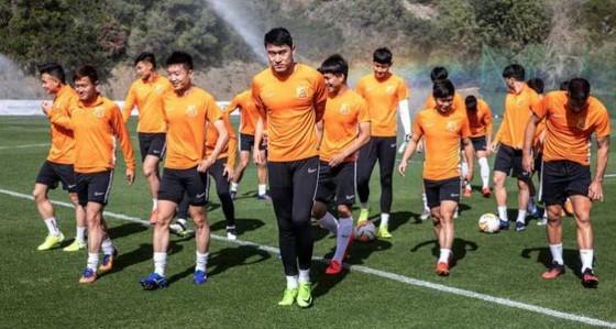 Các cầu thủ Thân Hoa Thượng Hải trong 1 buổi tập. Ảnh: Dailyhunt