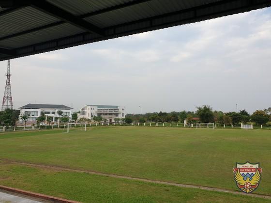 Sân Hà Tĩnh phải gấp rút nâng cấp trong gian hiện nay.