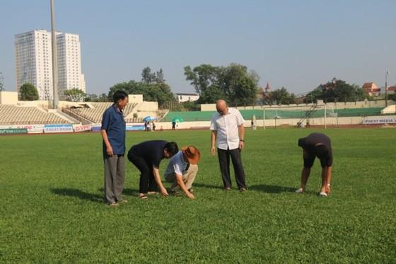 Sân Vinh và Hà Tĩnh khẩn trương cải tạo mặt sân trước khi LS V-League 2020 trở lại ảnh 1