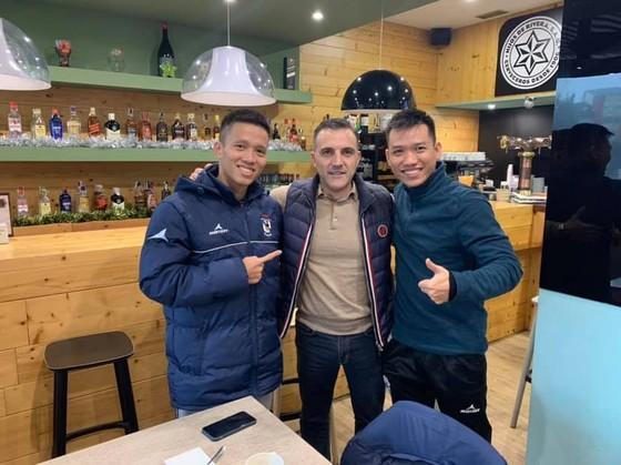 Đức Hòa gặp lại cựu HLV trưởng ĐT Futsal Việt Nam trong thời gian thi đấu tại Tây Ban Nha.