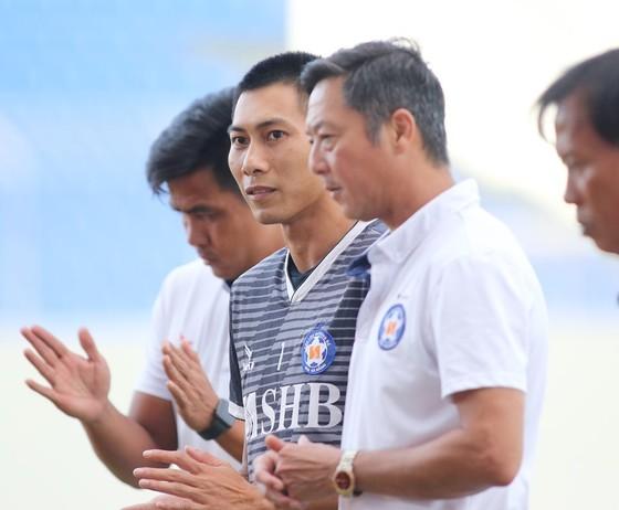 HLV Lê Huỳnh Đức giới thiệu tân binh Tuấn Mạnh với các cầu thủ Đà Nẵng. Ảnh: VIẾT ĐỊNH
