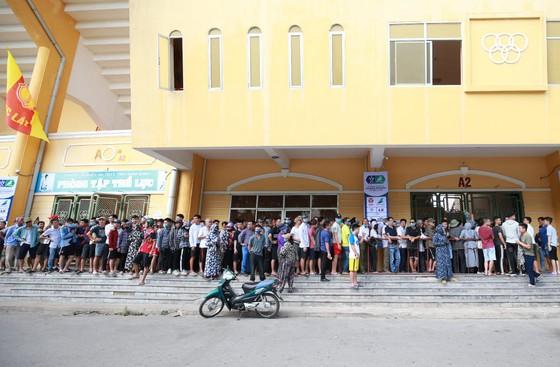 Đông đảo khán giả Nam Định xếp hàng chờ mua vé. Ảnh: Minh Hoàng