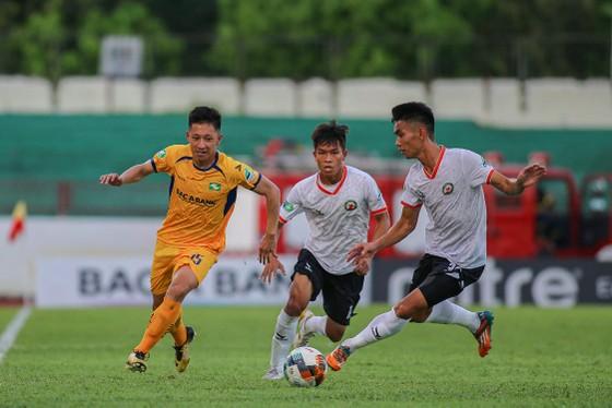 Bình Định đã gây nhiều khó khăn cho đội chủ nhà SLNA. Ảnh: Minh Hoàng