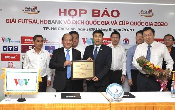 Lãnh đạo LĐBĐ Việt Nam, VOV và nhà tài trợ HDBank tại lễ ký hợp đồng. Ảnh: Anh Trần