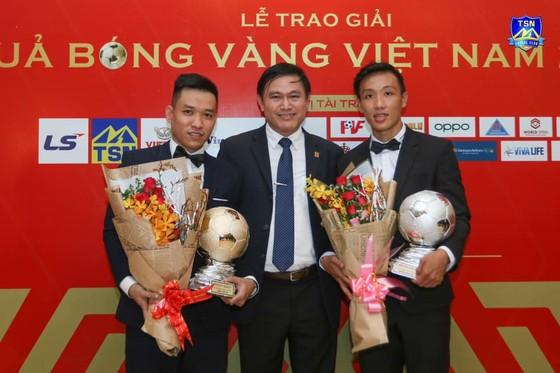 Chủ tịch CLB Thái Sơn Nam Trần Anh Tú chia vui cùng Văn Vũ và Minh Trí.