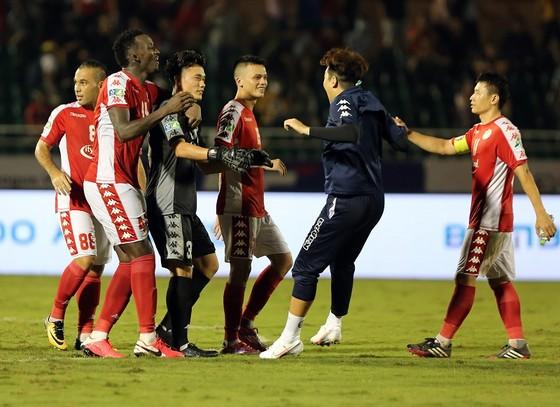 Niềm vui của các cầu thủ TPHCM sau trận đấu. Ảnh: Dũng Phương