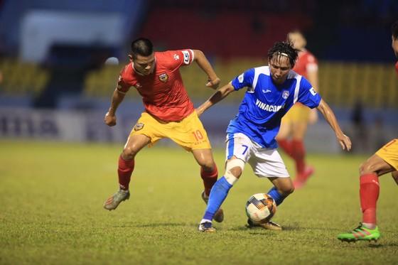 Hải Huy gãy chân sau pha va chạm với cựu tuyển thủ U23 Việt Nam ảnh 1