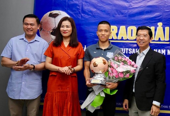 Trao giải Quả bóng đồng Futsal Việt Nam 2019 cho cầu thủ Phạm Đức Hòa ảnh 5