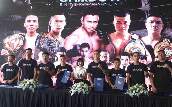 Các võ sĩ chụp ảnh lưu niệm cùng đại diện công ty Shadow Entertainment  tại lễ ký kết. Ảnh: Anh Trần