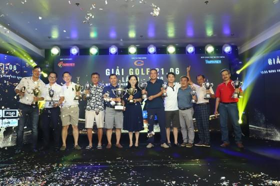 Ban tổ chức trao giải cho các cá nhân giành chiến thắng.
