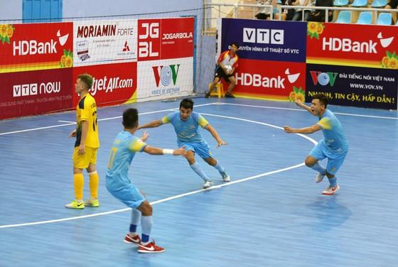 Niềm vui của Sanatech Khánh Hòa sau bàn thắng muộn.