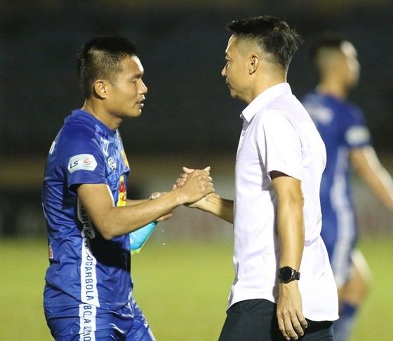 HLV Vũ Hồng Việt động viên học trò sau trận đấu. Ảnh: VIẾT ĐỊNH