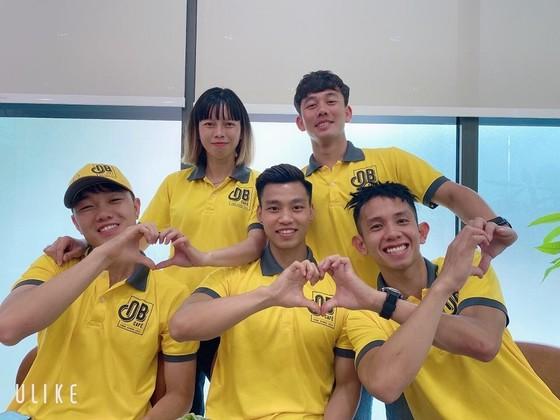 Các cầu thủ tại sự kiện ra mắt điểm bán cà phê thứ 100 của Ông Bầu.