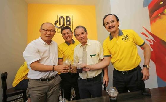 Kiều Trinh, Xuân Trường, Văn Thanh… hội ngộ ở điểm bán thứ 100 của cà phê Ông Bầu ảnh 2