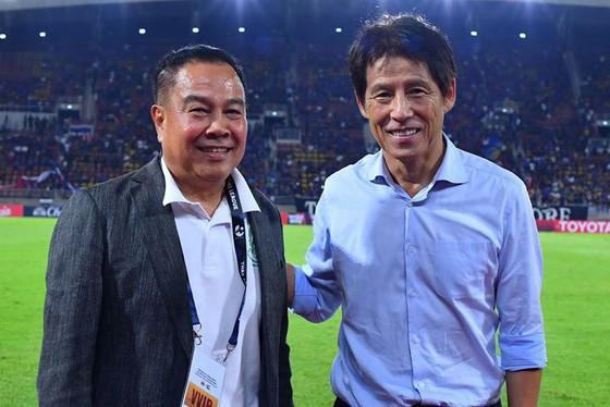 HLV Nishino (bên phải) cùng Chủ tịch LĐBĐ Thái Lan Somyot.