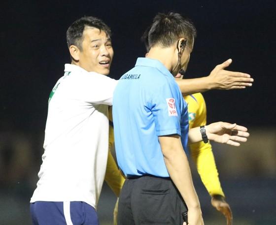 Trọng tài bị phản ứng trong trận Quảng Nam - SLNA. Ảnh: VIẾT ĐỊNH