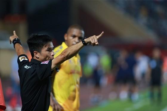 Trọng tài mắc nhiều sai số, nhưng các CLB V-League cần phản ứng chuyên nghiệp hơn ảnh 5