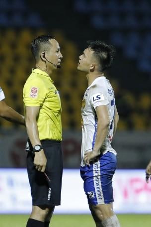 Trọng tài mắc nhiều sai số, nhưng các CLB V-League cần phản ứng chuyên nghiệp hơn ảnh 2