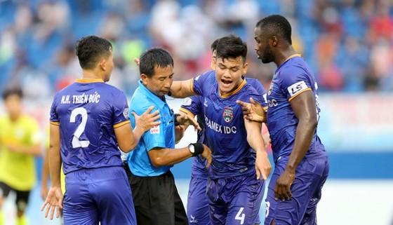 Cầu thủ khiếu nại trọng tài trận Bình Dương - Hà Nội. Ảnh: DŨNG PHƯƠNG