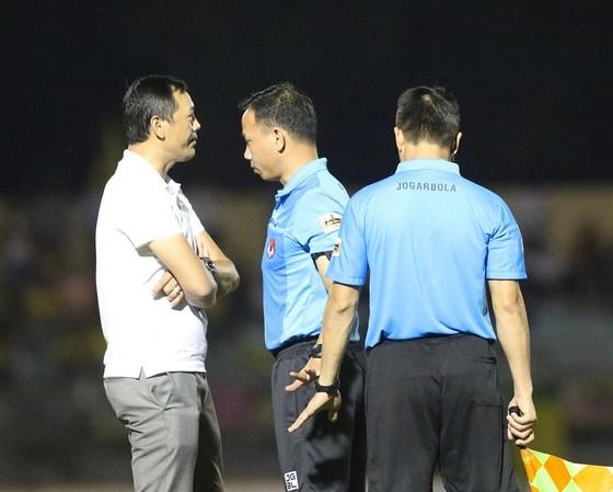 Trọng tài mắc nhiều sai số, nhưng các CLB V-League cần phản ứng chuyên nghiệp hơn ảnh 3